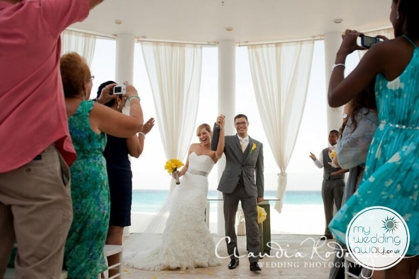 ceremony couple, awesome dress Claudia Rodriguez Photography Mexico