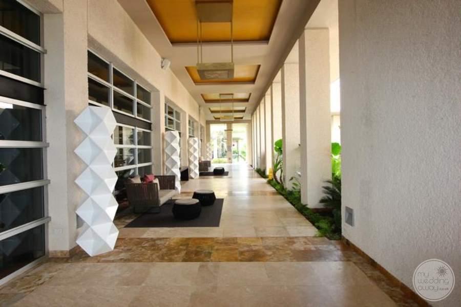 Paradisus La Perla Restaurant Row Walkway