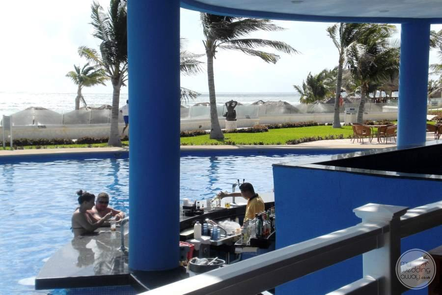 Azul Sensatori Swim-up Bar