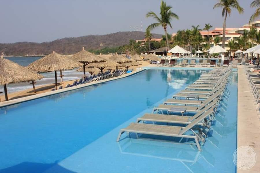 Dreams Huatulco Pool Loungers