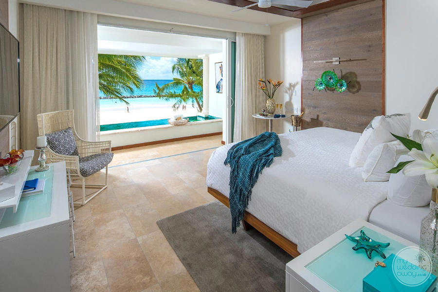 king bedroom with plunge pool and view of the ocean