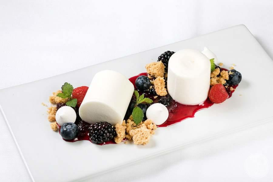 Dessert dish with blackberries and marshmallows