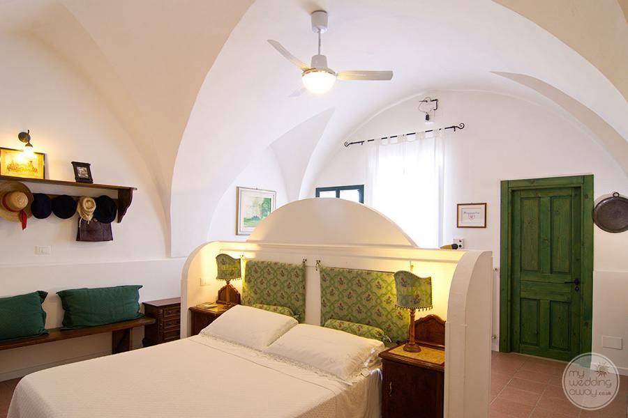 Masseria L'Antico Frantoio Hotel bedroom white linen deor