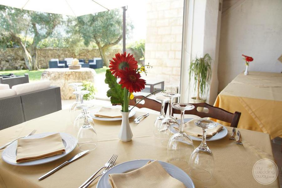 restaurant breakfast table linen and red flowers
