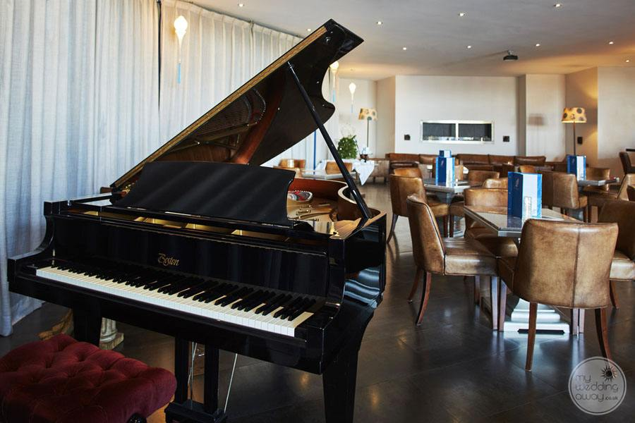 Monte da Quinta grand piano in lounge area