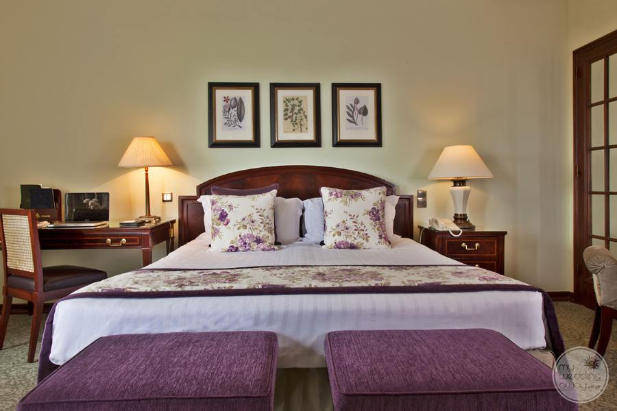 Palacio Estoril Hotel Queen bed with side tables