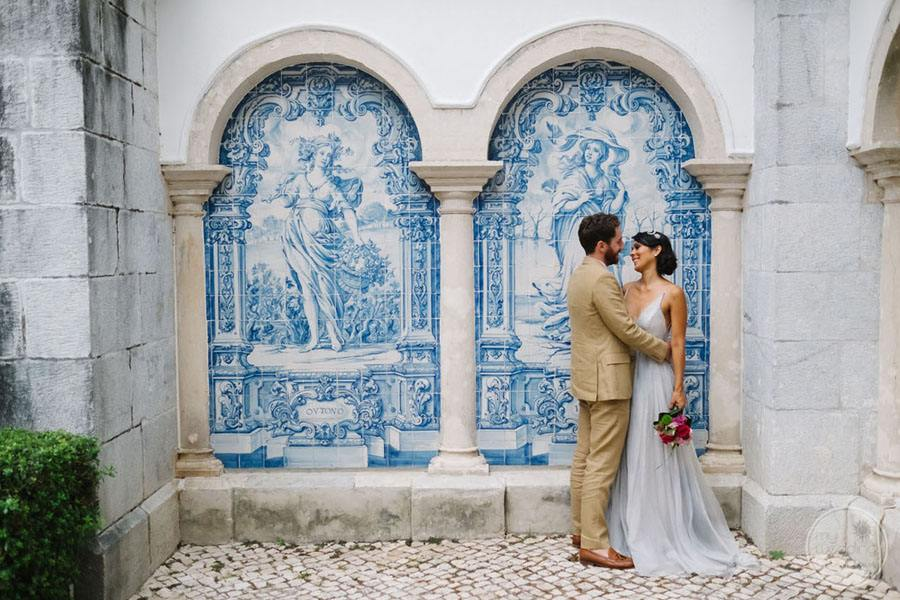 beautiful blue and white artwork behind bride and groom