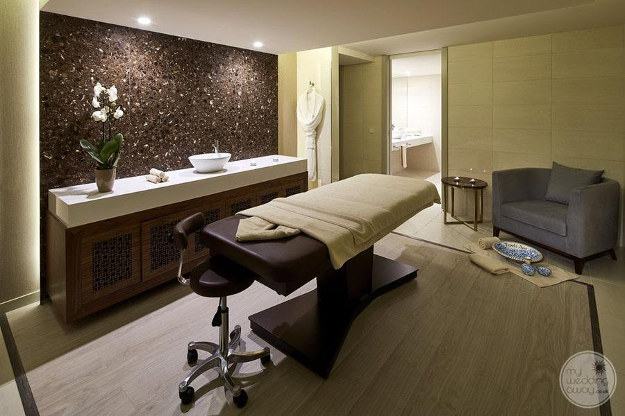 massage room set-up in spa