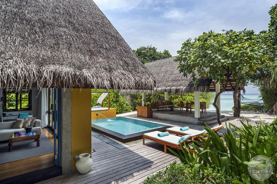 Four Seasons Maldives at Landaa Giraavaru Infinity Pool and Grounds