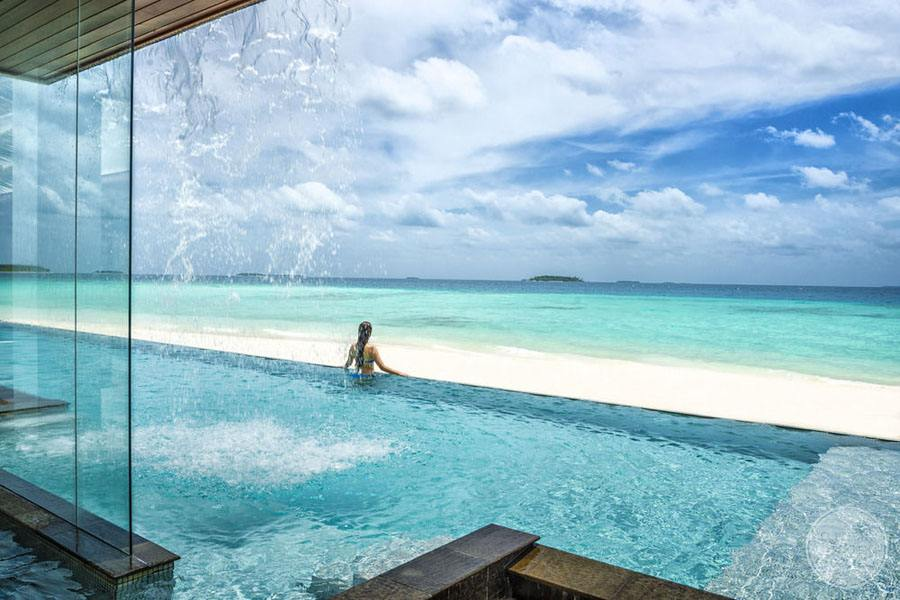 Four Seasons Maldives at Landaa Giraavaru Infinity Pool