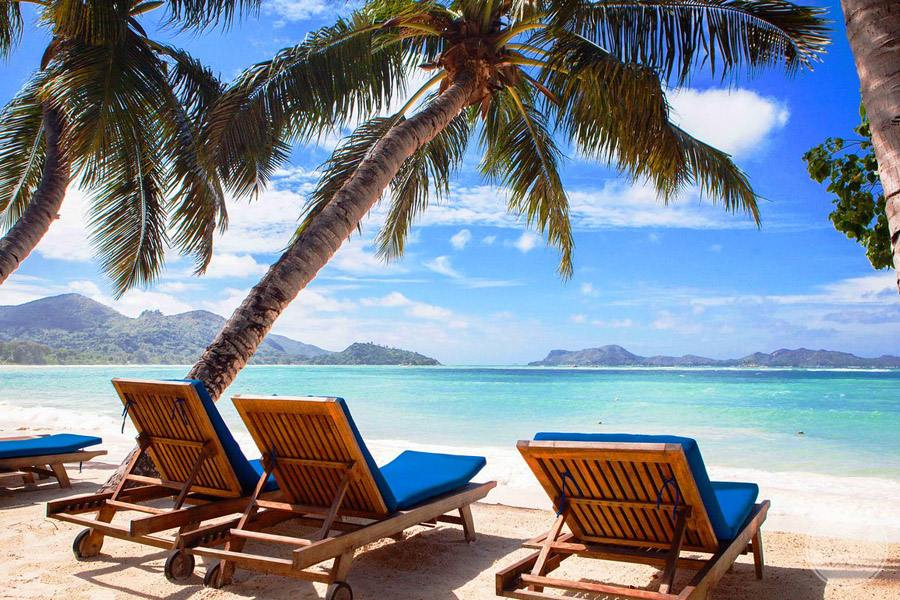 Hotel L'Archipel Seychelles beach loungers