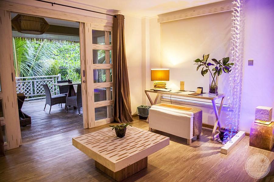 Le Domaine de L'Orangeraie bedroom