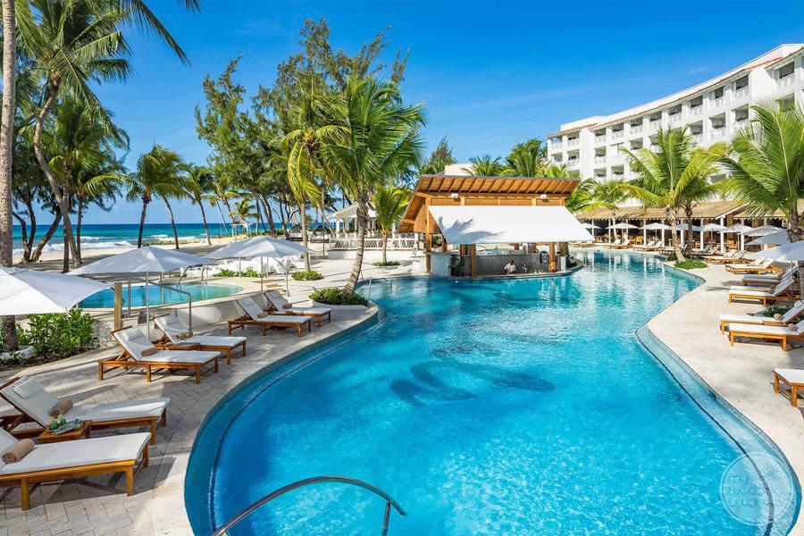 Pool with swim-up bar beach