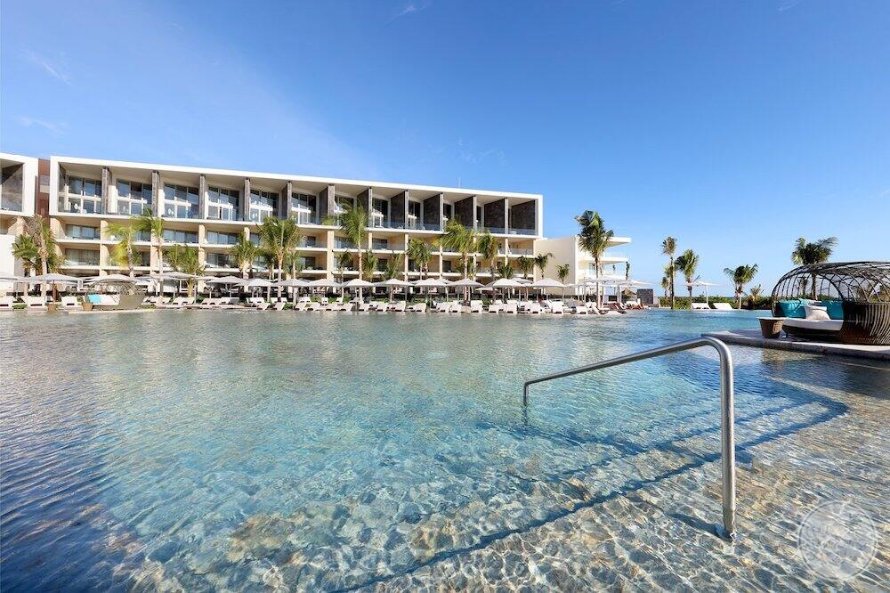 Do you have the main swimming pool area with shallow staff again and room buildings in the background