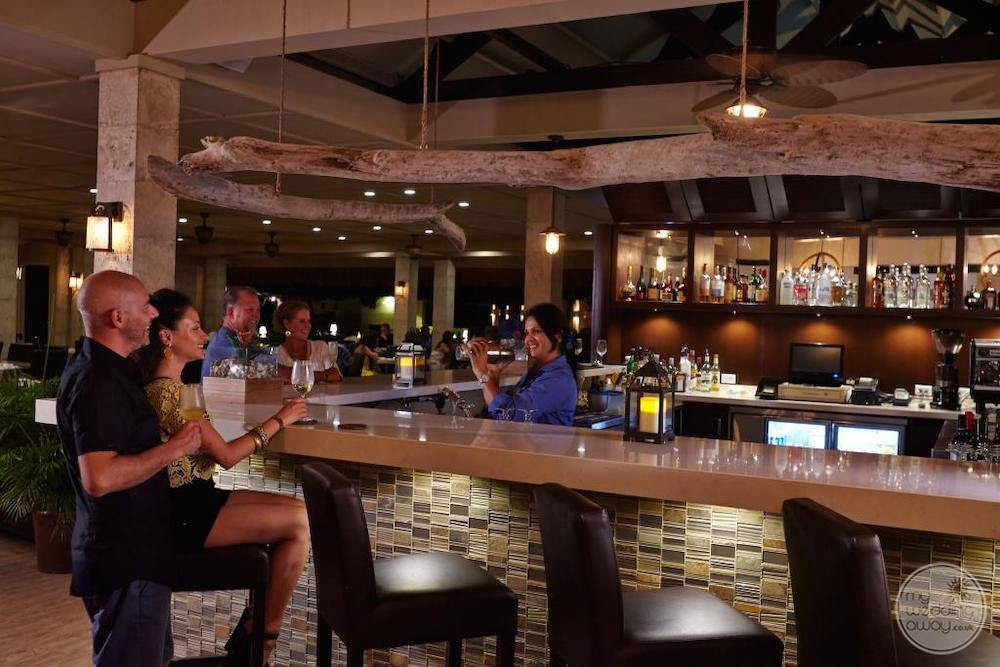 Manchebo-Beach-Resort-&-Spa-ike-s-bistro-bar