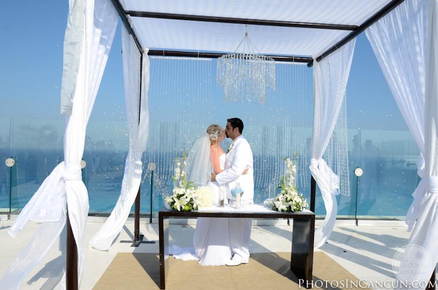 Sky-terrace-at-beach-palace-wedding-couple