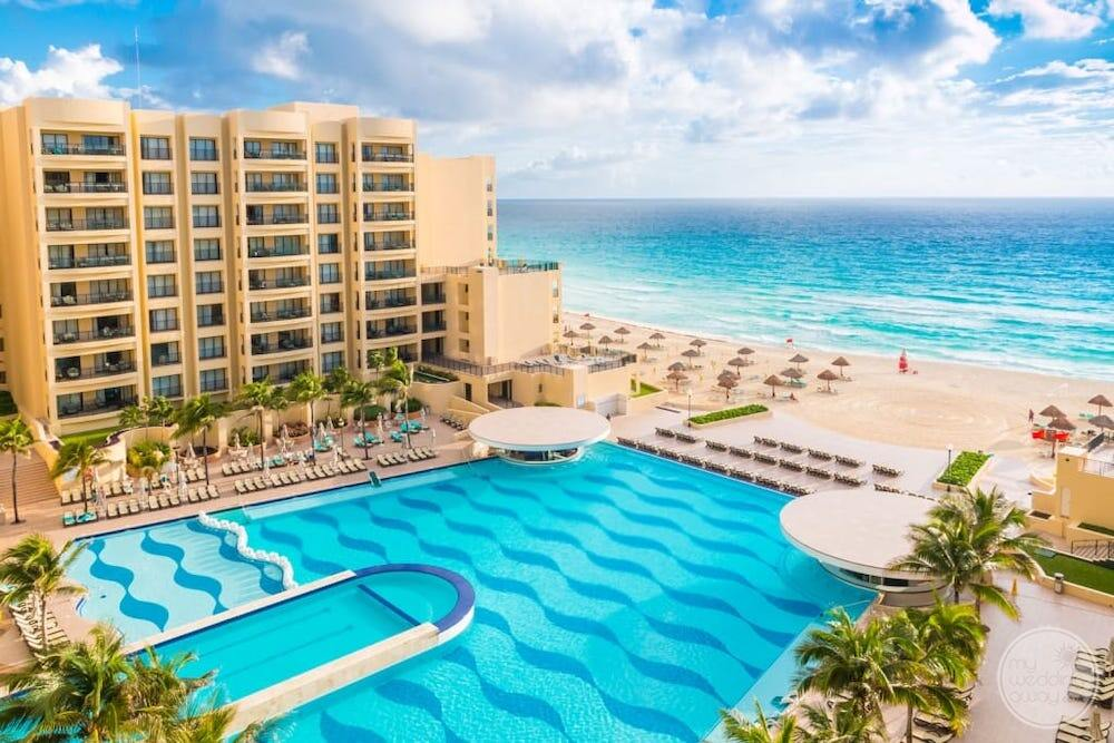 Cancun-Mexico-Resort-with-pool-and-hotel